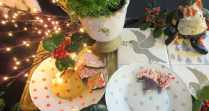 Stencil Decorative Plates to Complete your Christmas Table Decorations